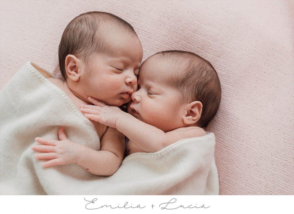 Emilia & Lucia – Natürliche Neugeborenenfotos in Bremen